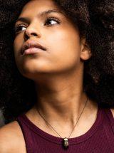 MÉLA Pendentif Verre Bronze Doré minimaliste bijoux Montréal Mannequin peau brune