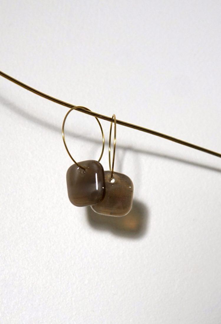 MÉLA Boucles d'oreilles en verre carrées couleur neutre sable minimaliste moderne bijoux Montréal Métiers d'art