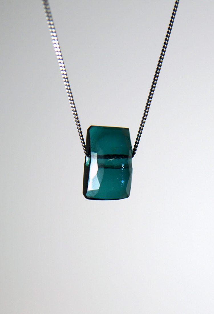 Pendentif de verre émeraude facetté style cristal à Montréal par Mélanie Laplante